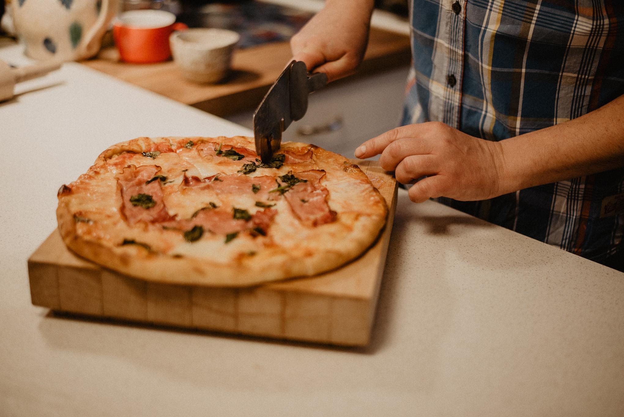 przygotowanie domowej pizzy 3