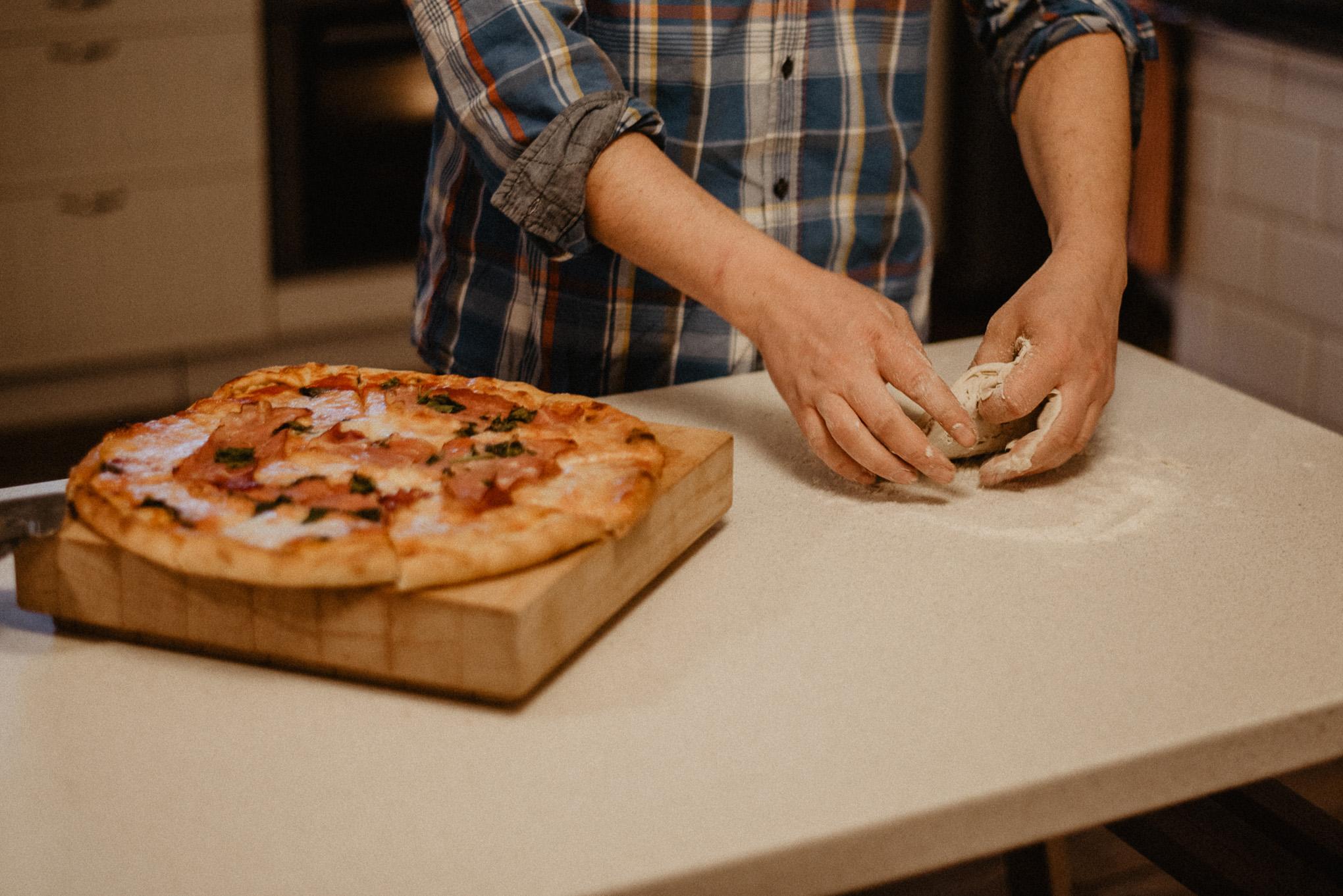 przygotowanie domowej pizzy